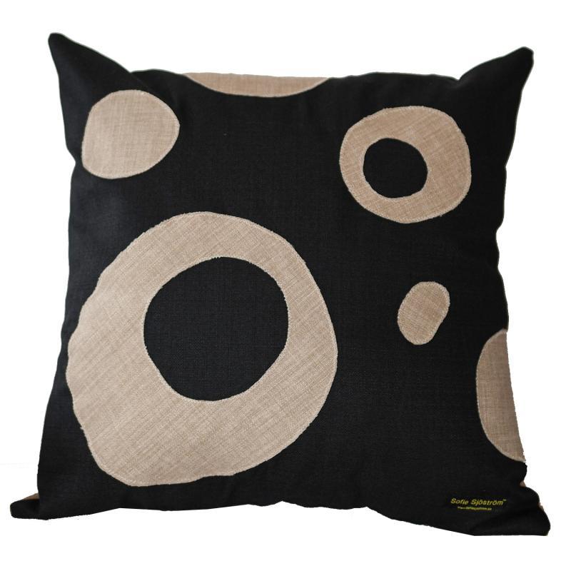 Dots stoppad kudde svart/beige 60x60 cm