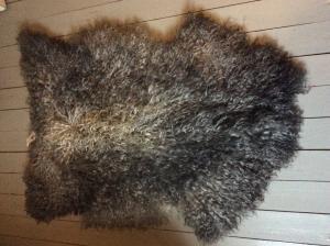 Nr. 030 Grått långhårigt lammskinn med ljusare rygg  från Smedstad fårgård.
