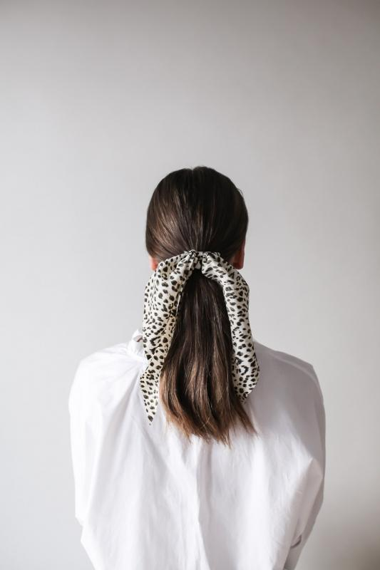 SCRUNCHIE W. SCARF LEO TAN