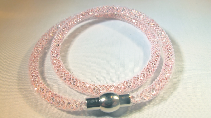 Dubbel vit armband fylld med rosa kristaller