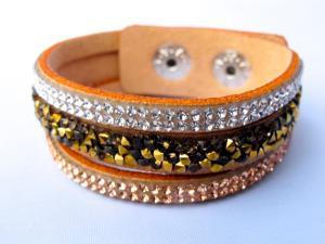 Beige snittat läderarmband med Kristaller