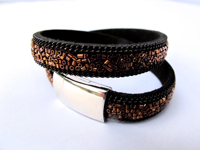 Svart dubbel armband med bronsfärgade paljetter