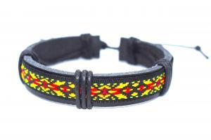Svart läderarmband med färgglada mönster