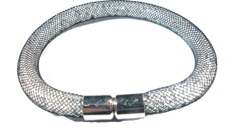 Svart armband fylld med vita kristaller