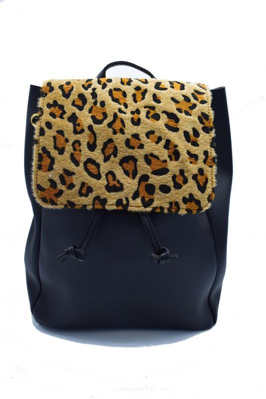 Svart ryggsäck med leopardmönster