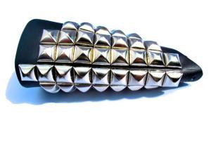 Stort läderarmband med pyramid nitar