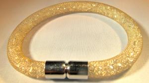 Guldfärgad armband fylld med vita kristaller