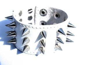 Vit läderarmband med silverfärgade nitar