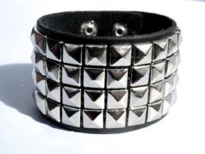Svart läderarmband med pyramid nitar