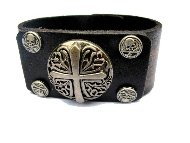 Brunt läderarmband med kors och döskallar