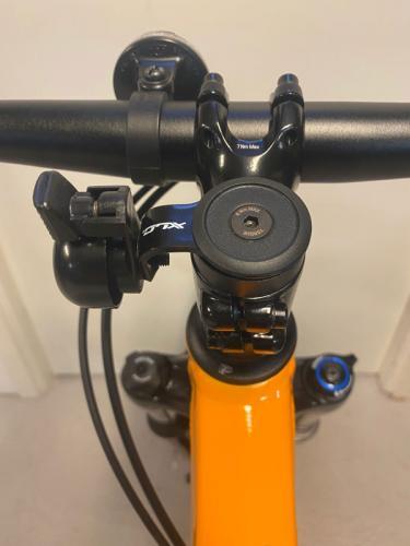 Ringklocka för montering på A-head styrstam XLC