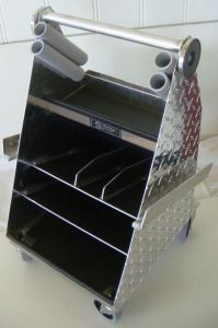 Skostol rymlig välplanerad i aluminium med 4 hjul och ett stort rejält handtag.
