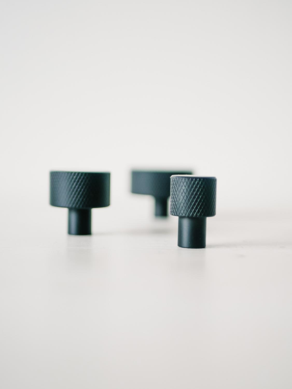 Tre svarta köksknoppar i olika storlekar