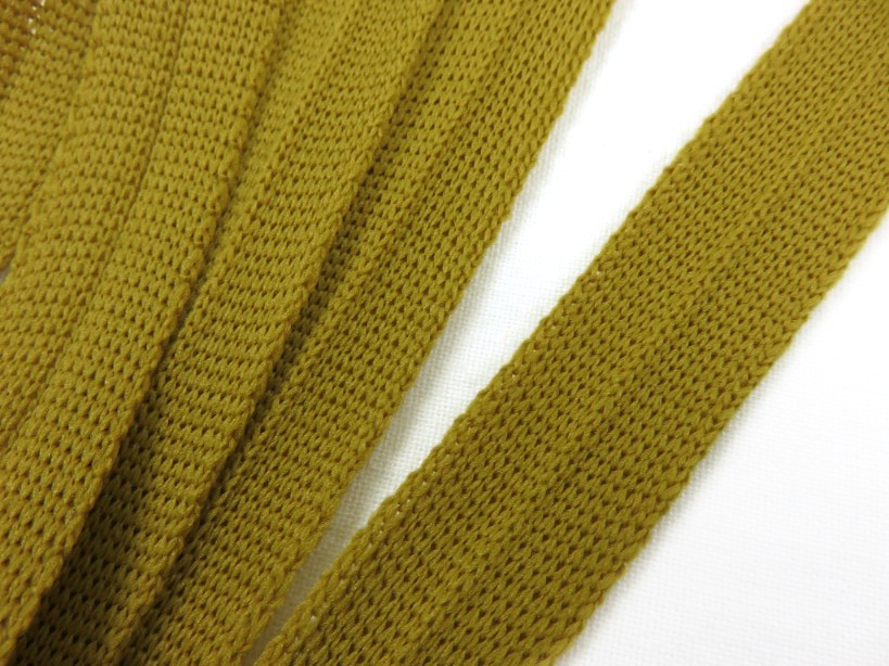 B123 Stickat kantband 15 mm gulbrun
