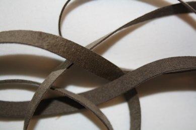 B330 Fuskmoccaband 8 mm brun (1,7 + 1,9 + 1,9 m)