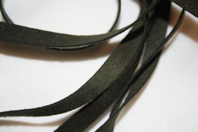 B330 Fuskmoccaband 8 mm mörkgrön (2,6 + 2,8 m)