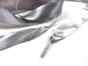B651 Satinbandssnodd med plaständar grå (110 cm)