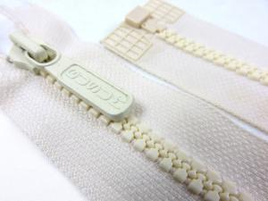 D042 Plastic Zipper 62 cm Gusum One-way Separating offwhite