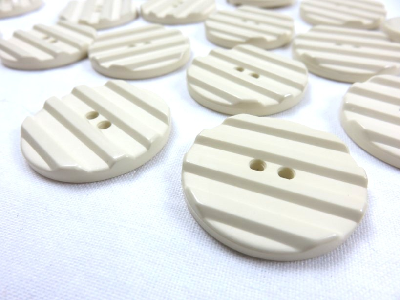 K001 Knapp 30 mm beige med ränder