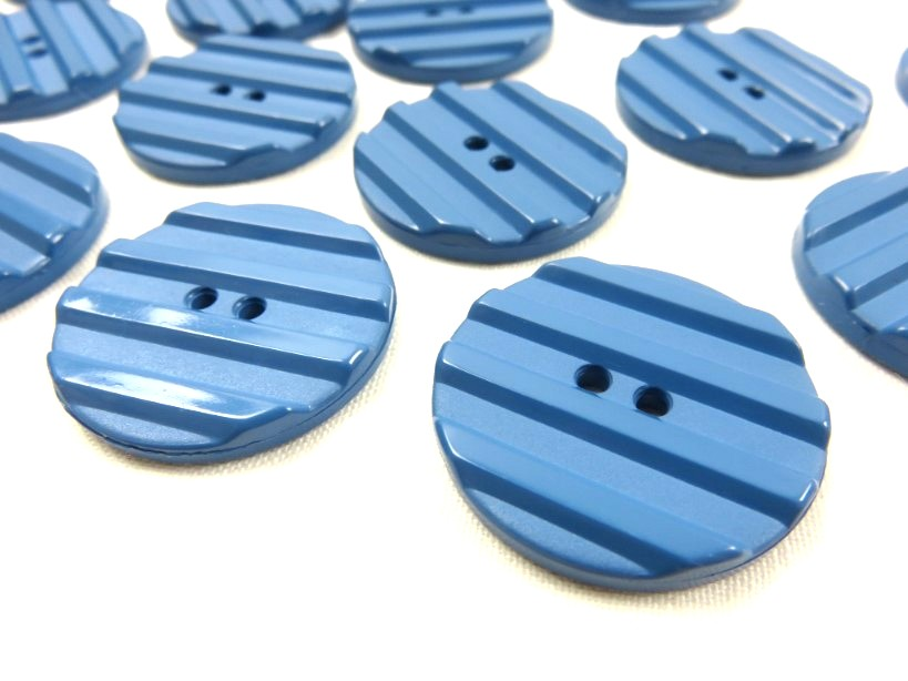 K001 Knapp 30 mm mellanblå med ränder