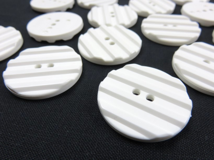 K001 Knapp 31 mm vit med ränder