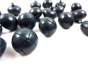 K098 Knapp konstläder 18 mm mörkgrå