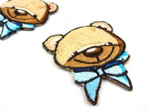 M213 Tygmärke björn med rosett blå