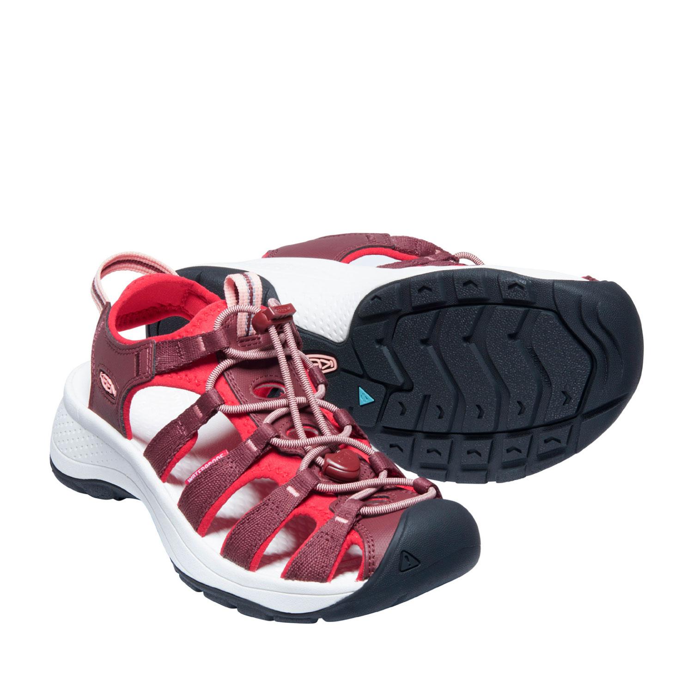 Ett par av den breda och lätta sandalen Keen W Astoria West Sandal i roströd och röd