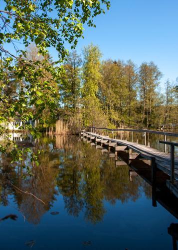 Brygga över till den privata ön Korsholmen i Myrsjön längs med Boo-leden