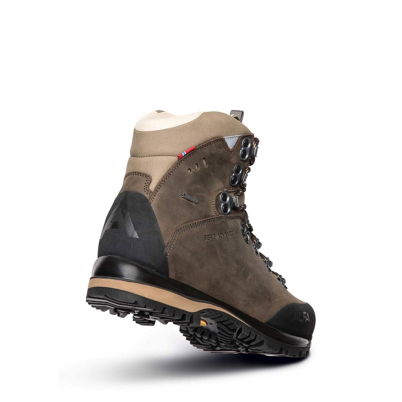 Alfa Berg Gtx är en brun halvhög vandringskänga. Nubuck och goretex. Vy snett bakifrån.