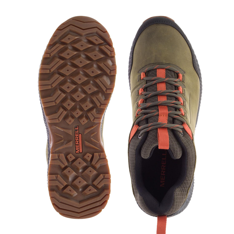 Grön/orange promenadsko sedd ovanifrån och underifrån