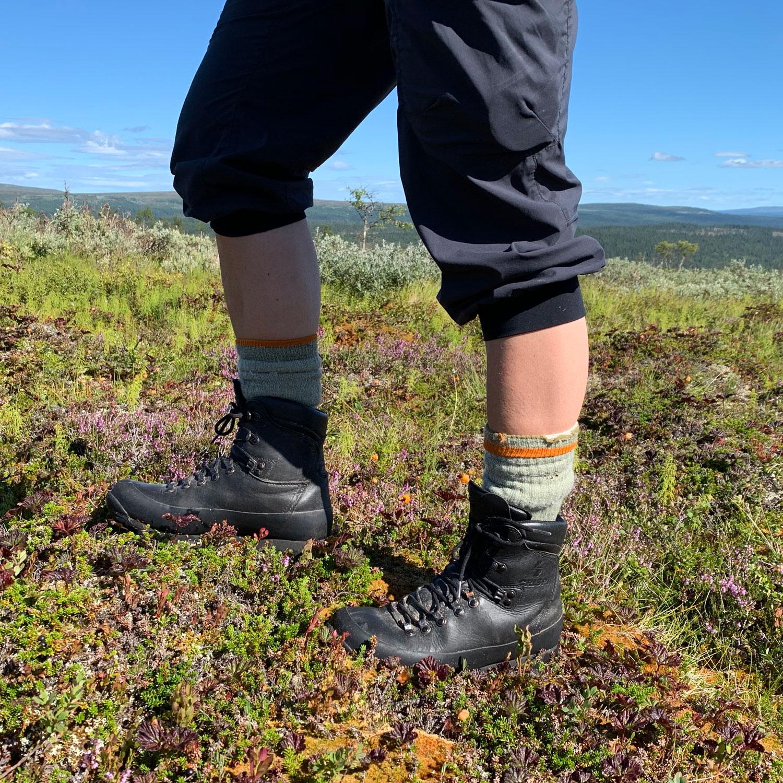 Två ben med vandringskängan Crispi Nevada leather