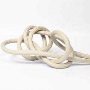 Aprikosfärgad textilkabel. Kabeln är ojordad och finns i flera olika längder.
