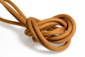 Mörk orange textilkabel. Kabeln är jordad och finns i flera olika längder.