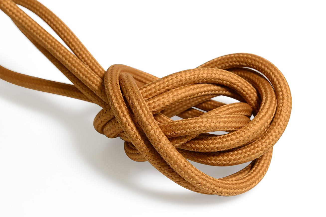 Mörk orange textilkabel. Kabeln är ojordad och finns i flera olika längder.