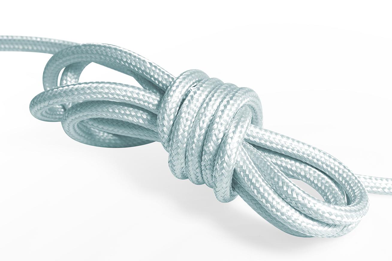 Ljusblå textilkabel. Kabeln är jordad och finns i flera olika längder.