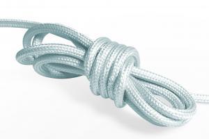 Ljusblå textilkabel. Kabeln är ojordad och finns i flera olika längder.