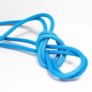 Cyanblå textilkabel. Kabeln är ojordad och finns i flera olika längder.