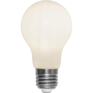 En opal filament led lampa i vanlig storlek med E27 sockel.
