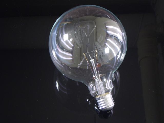 En globlampa i E27 sockel med ett 125mm klar glas, 25 watt
