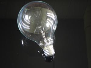 En globlampa i E27 sockel med ett 95mm klar glas, 25 watt