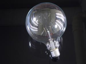 En globlampa i E27 sockel med ett 125mm klar glas, 40 watt