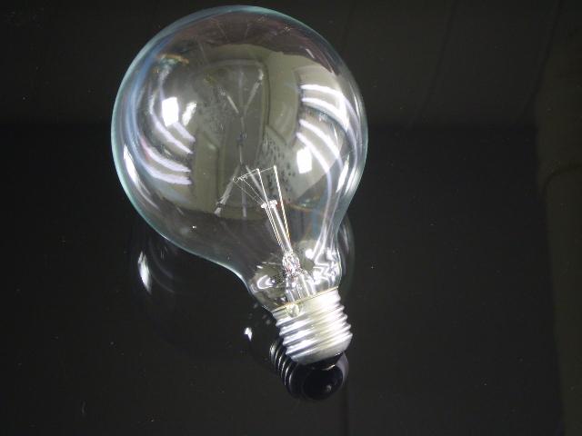 En globlampa i E27 sockel med ett 95mm klar glas, 40 watt