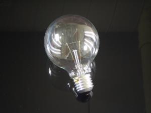 En globlampa i E27 sockel med ett 80mm klar glas, 60 watt