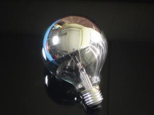 En globlampa i E27 sockel med ett 95mm toppförspeglad silver, 60 watt