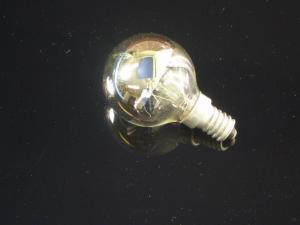 En klassisk glödlampa E14 som är toppförspeglad i silver, 25W