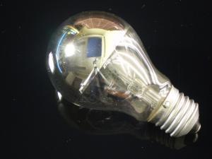 En klassisk glödlampa E27 som är toppförspeglad i silver, 40W