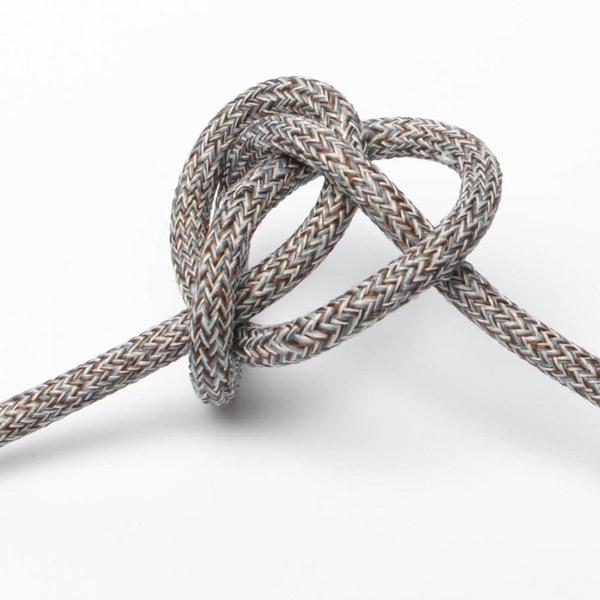 Grå kostym textilkabel. Kabeln är ojordad och finns i flera olika längder.