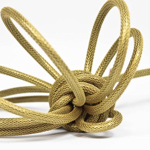 Guldfärgad textilsladd i nätmönster ojordad kabel. Finns i flera olika längder.