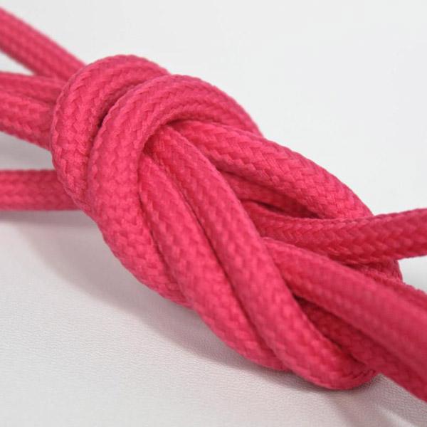 Hallonröd textilkabel. Kabeln är ojordad och finns i flera olika längder.